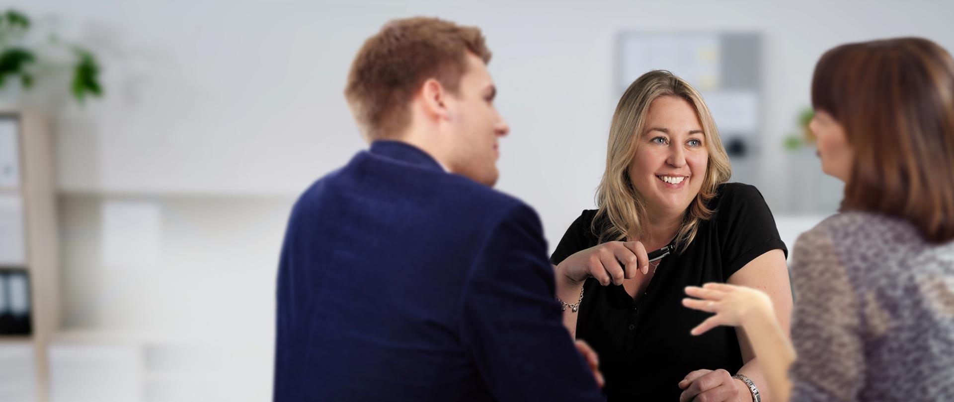 Kundenberaterin Eva Rieger betreut ein Ehepaar im Kundenzentrum der Stadtwerke Walldorf.