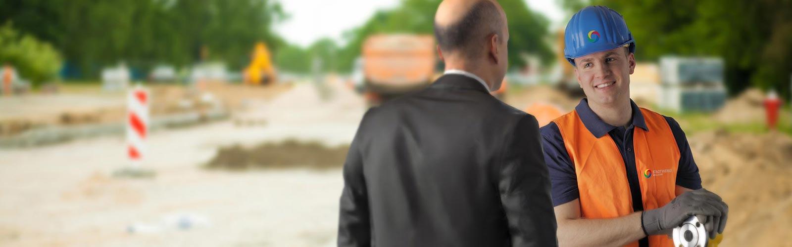 Herr Frank von den Stadtwerken Walldorf informiert einen Anwohner über das Verlegen der neuen Leitungen.