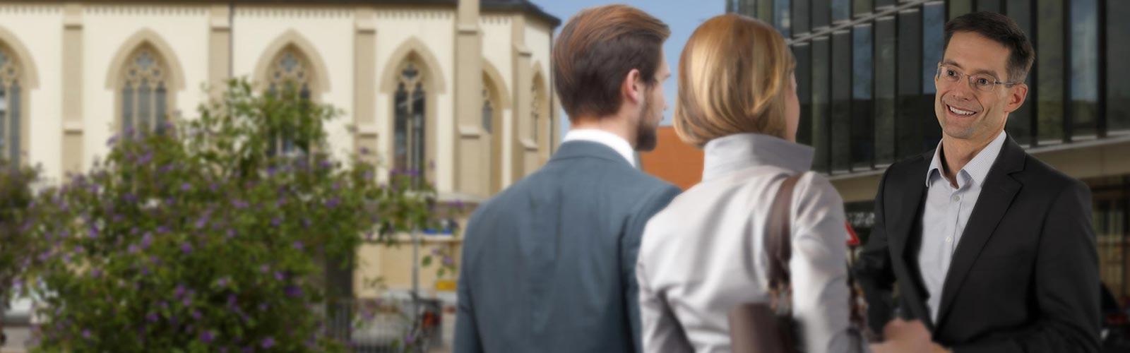 Matthias Gruber, Geschäftsführer der Stadtwerke Walldorf, spricht in der Stadt mit einem Ehepaar.