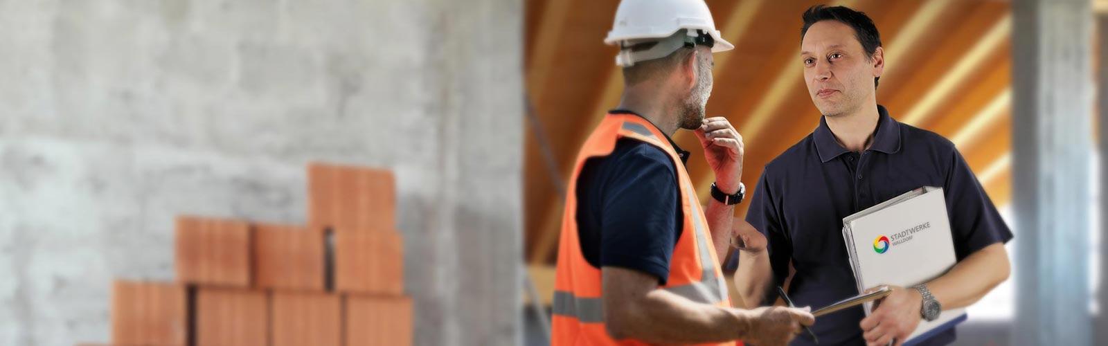 Stefan Lang von den Stadtwerken Walldorf brieft einen Bauarbeiter.