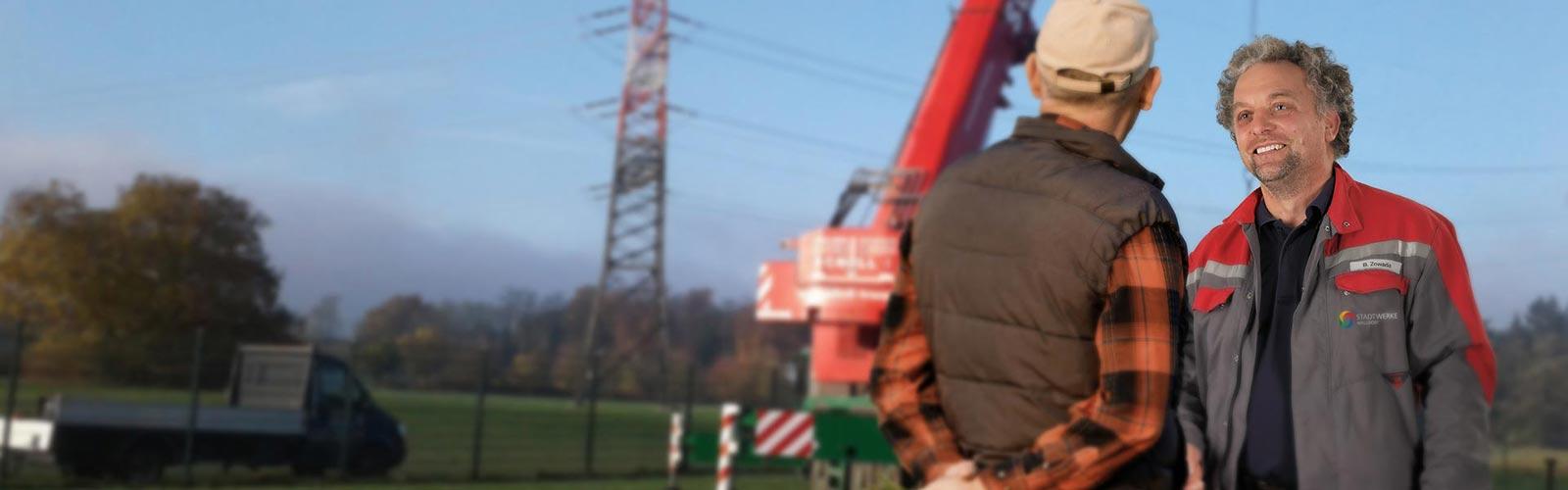 Stadtwerke-Mitarbeiter Bernhard Zowada spricht mit einem Anwohner.
